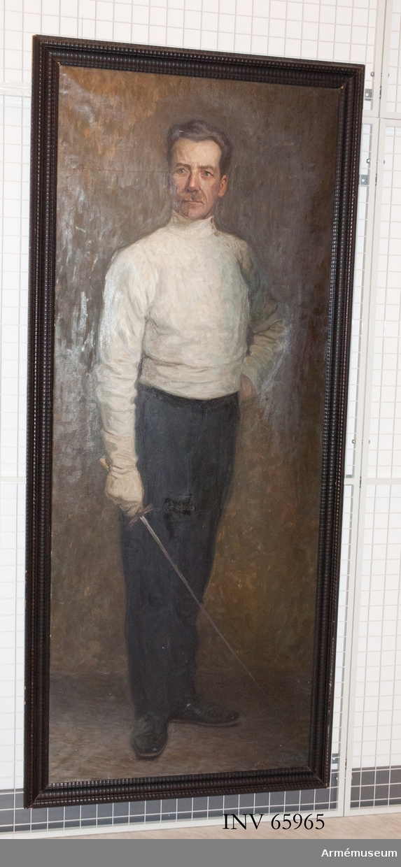 Grupp M I. Oljemålning utförd av C.M Ljungkvist föreställande kapten Emil Fredrik Fick f. 1863. Kaptenen i helfigur iklädd fäktdräkt. Samhörande ram.  Helfigur, fas, vänster fot i vinkel bakom den högra, vänster hand knuten i midjan, i höger hand en florett. Iförd vit fäktjacka, mörka långbyxor, lågskor. Diffus bakgrund.  Svart prydnadsram med hopplist.