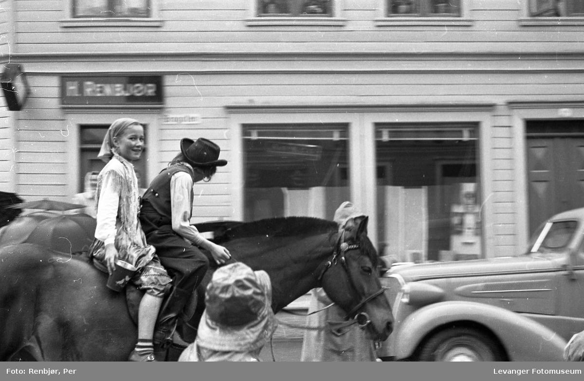 Barnas dag, Levanger, jente og gutt utkledde som rom, reisende eller tatere rir på en hest.