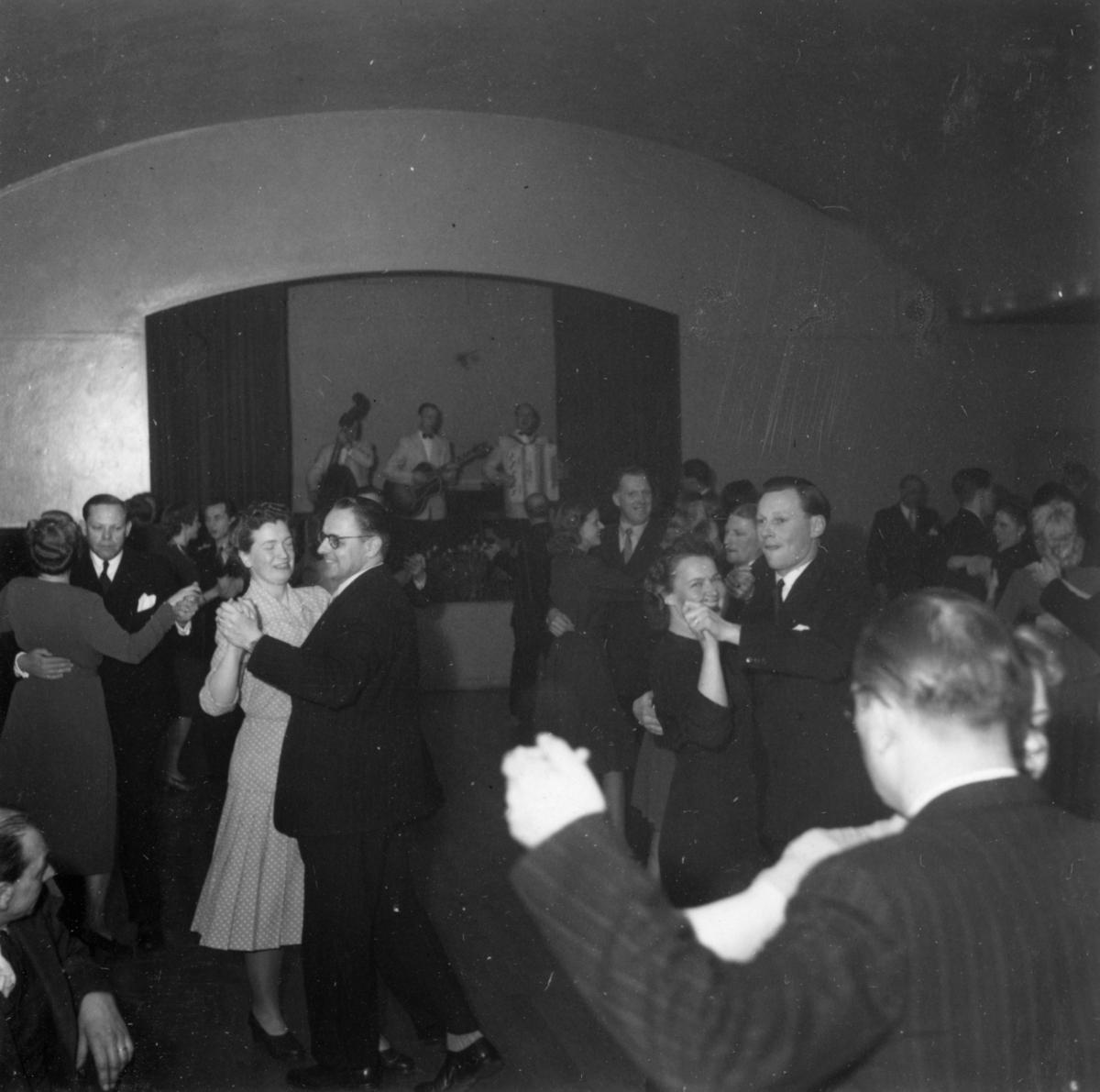Tjänstemännen på Papyrus har personalfest, 16/4-1948.