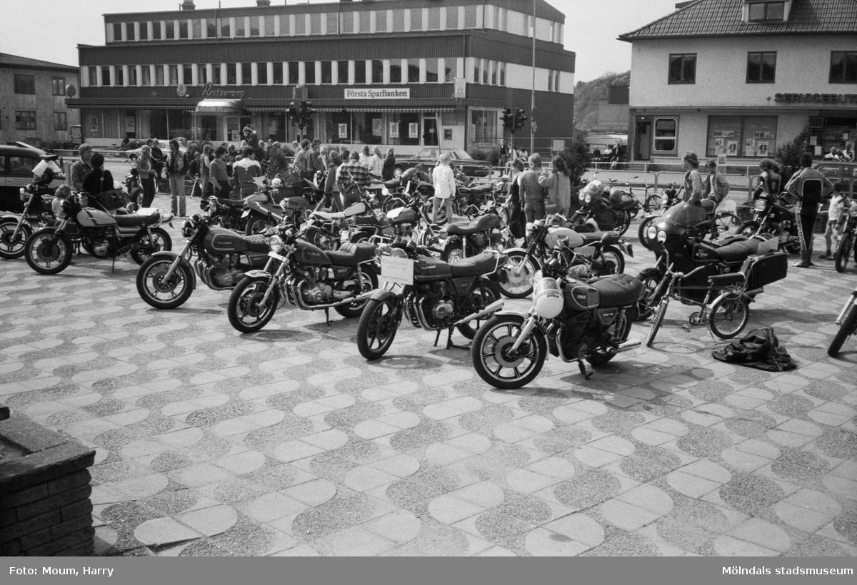 """Kållereds Motorklubb har utställning i Kållereds centrum, år 1983. """"Intresset i Kållered var stort för MC-klubbens utställning.""""  För mer information om bilden se under tilläggsinformation."""