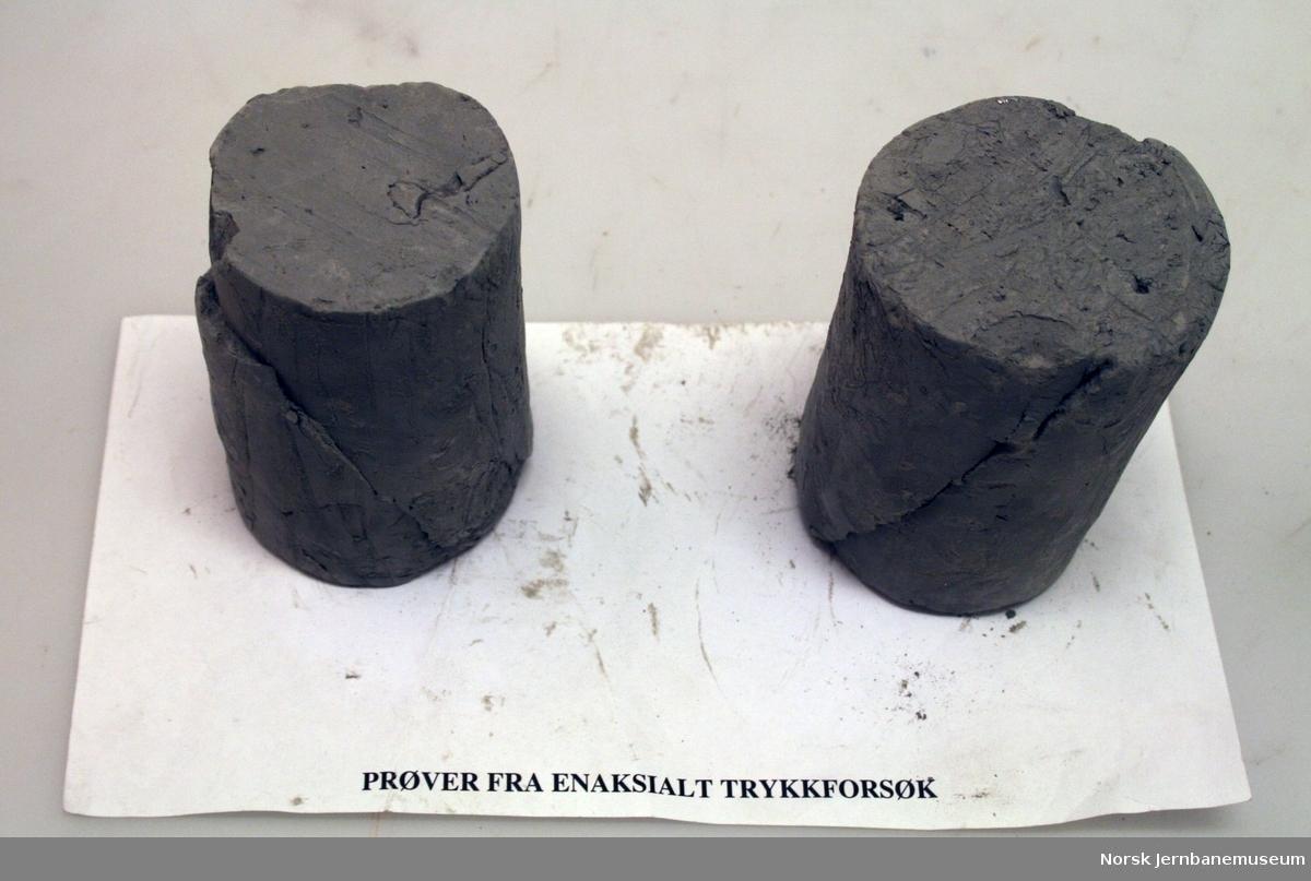 2 steinprøver fra en-aksialt trykkforsøk.