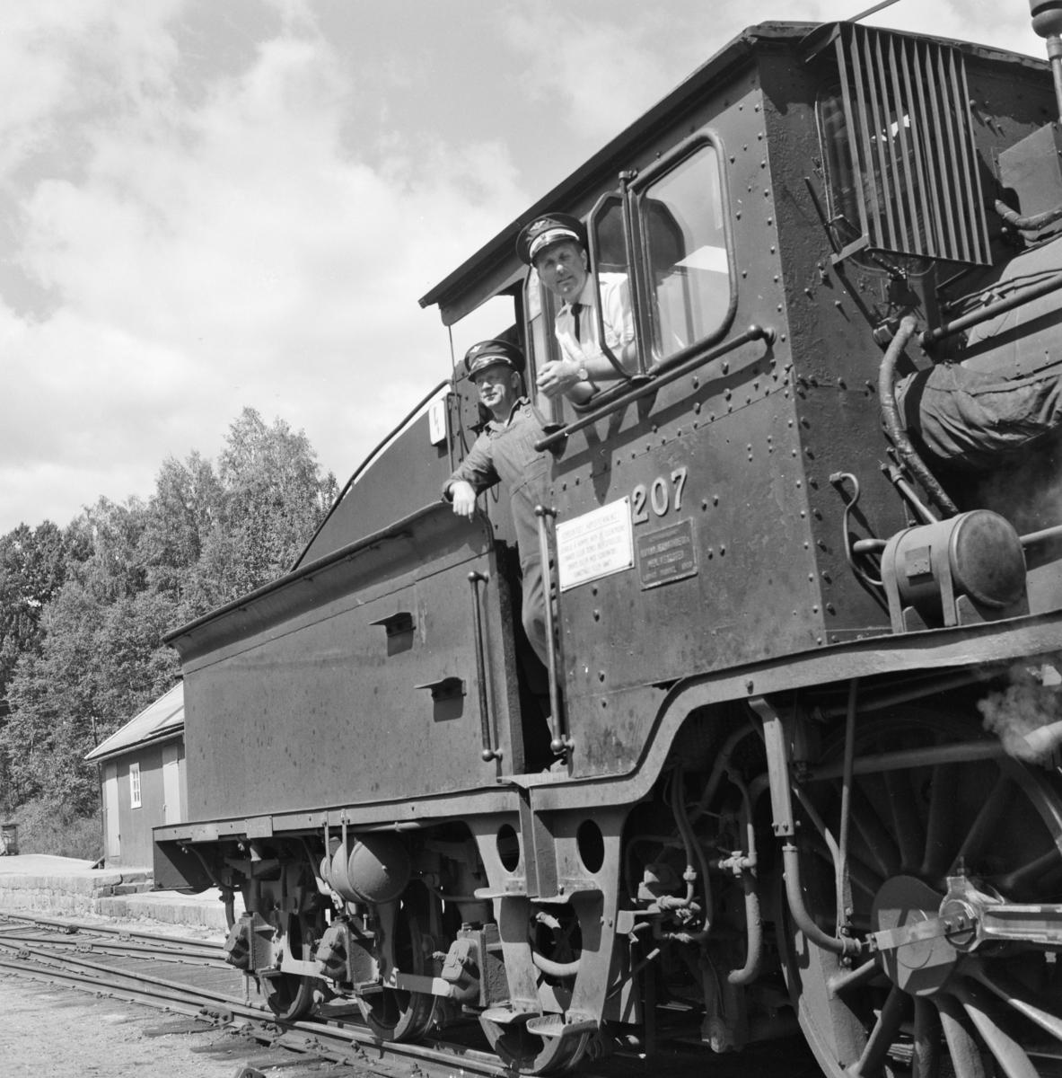 Lokomotivpersonalet på damplokomotiv 21e nr. 207 i godstog 5387 på Numedalsbanen.