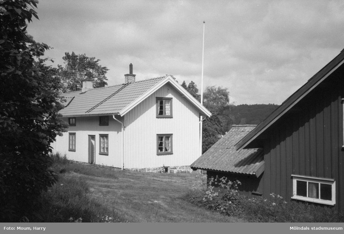 Hembygdsgården Börjesgården i Hällesåker, Lindome, år 1983.  För mer information om bilden se under tilläggsinformation.