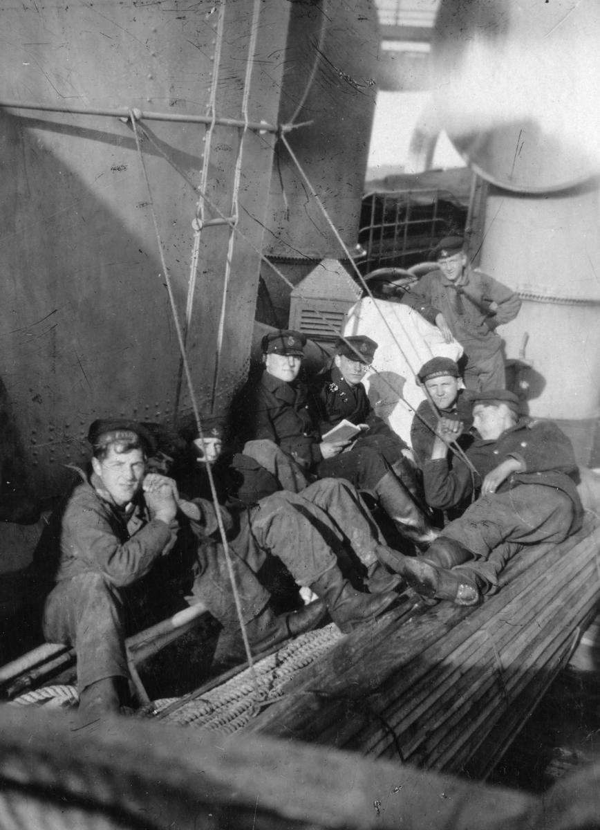 Fylgias resor 1920-21. Ett gäng skeppsgossar sittande ombord på Fylgia.