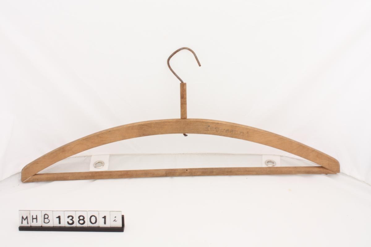 Kleshenger i tre med bøyd metallkrok til oppheng øverst. Den øvre delen av kleshengeren består av en svakt bøyd tredel. I endene av denne er det spikret fast en rett rundstokk.