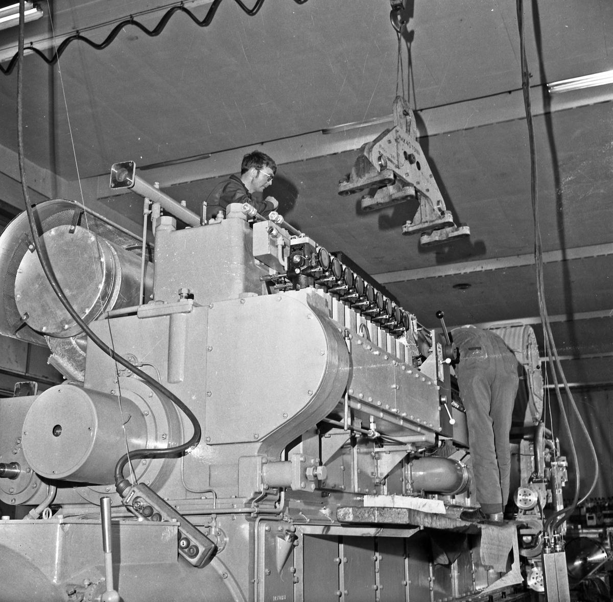 Bømlo. Produksjonslokalene til Wärtsila Norway A/S. Motor- deleproduksjon. Arbeiderne i dyp konsentrasjon.