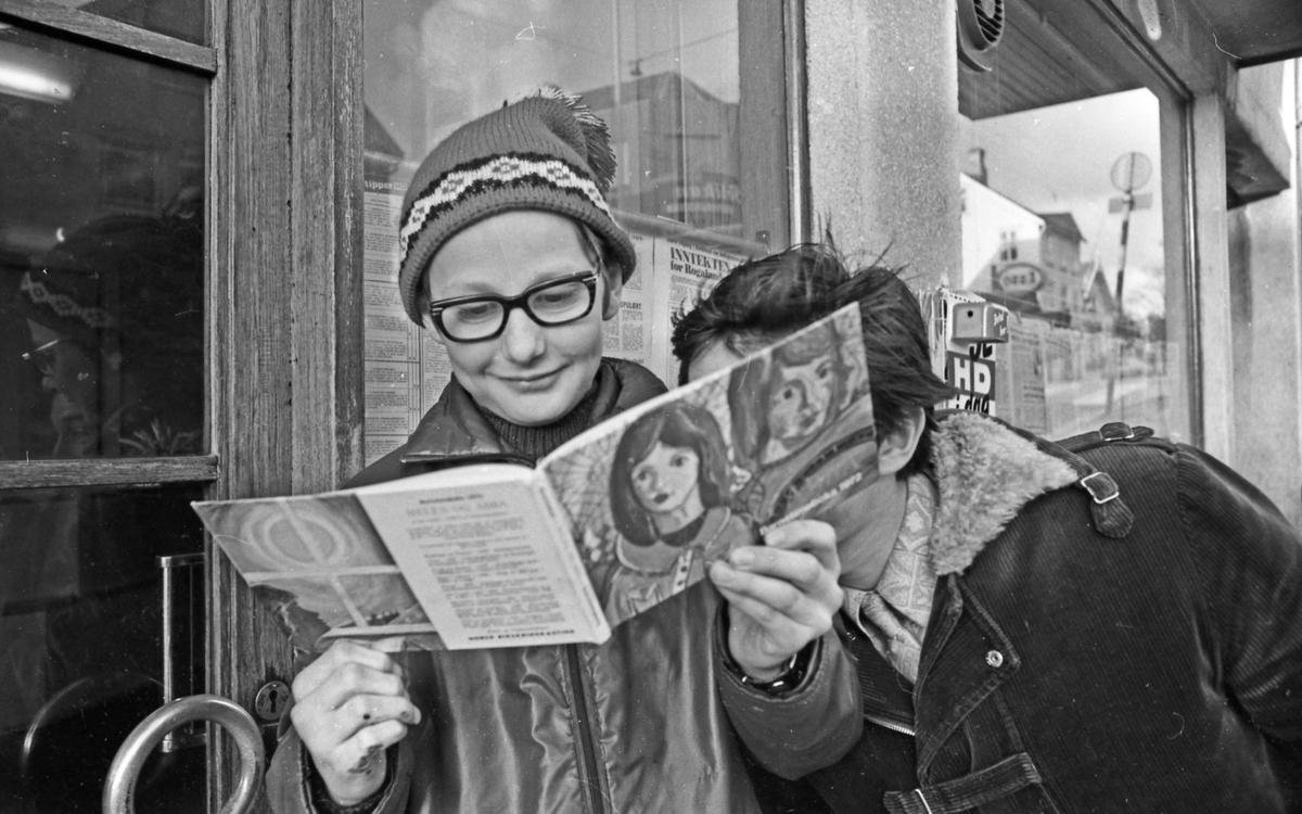 Barnetimeboka 1972. Presentasjon av den nye baretimeboka utenfor lokalet til avisen. Reklamefoto.