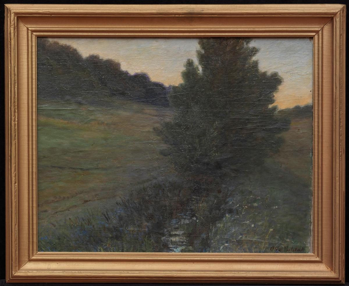 Landskap, bekk i midten m. stort tre, jorde til begge sider, skogrand tilv., lys blågul himmel, dempede farger