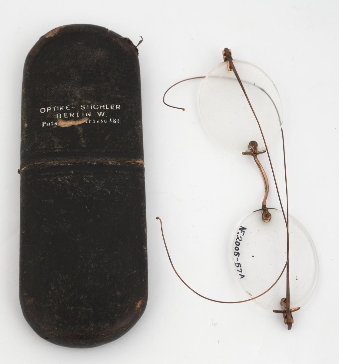 Uinnfattede briller med brillestenger av tynn metalltråd. Futteral i to deler.