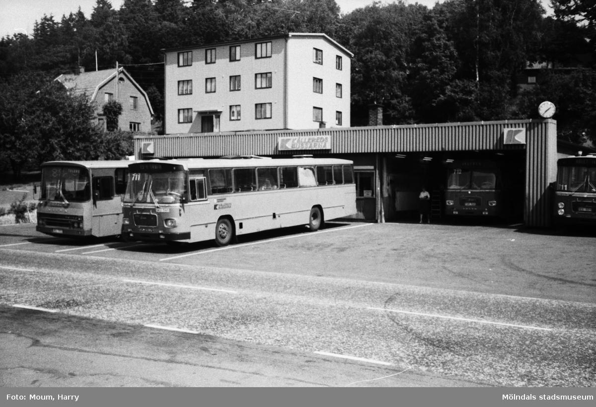 """Bussar utanför Kålleredsbussarnas garage vid Gamla Riksvägen i Kållereds centrum, år 1983. """"Där Kålleredsbussarna nu tas in för översyn, låg förut """"Tufte Marias"""" ladugård.""""  För mer information om bilden se under tilläggsinformation."""