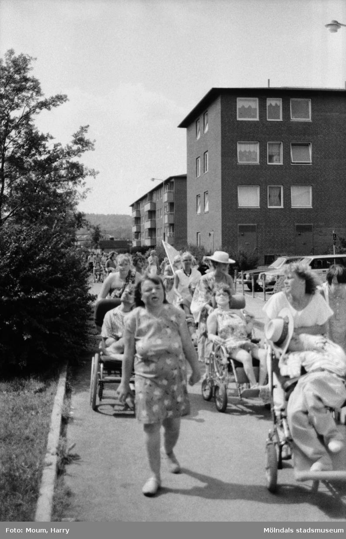Karneval i Kållered, år 1983. Festtåg på Våmmedalsvägen.  För mer information om bilden se under tilläggsinformation.