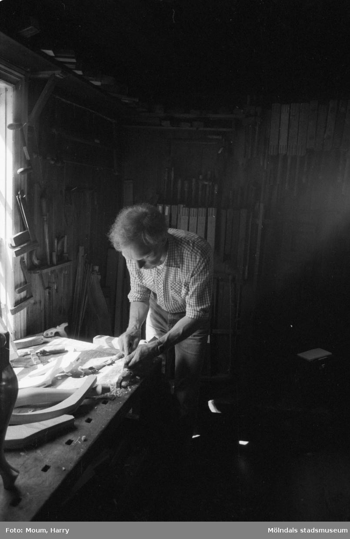 Lindome Hembygdsgille firar 20-årsjubileum på Börjesgården i Hällesåker den 23 juli år 1983. Snideriarbete i snickarboden.  För mer information om bilden se under tilläggsinformation.
