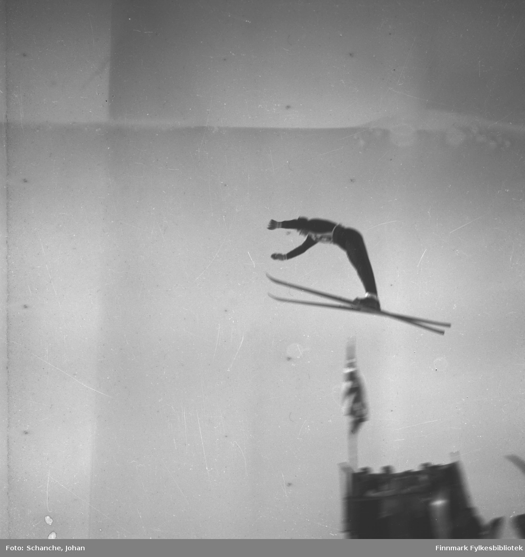 Kretsrennet på ski , Vadsø 1946. 'Olav Odden i fire faser', her i luftig svev. Se også FB 93153-011, -012 og -013.