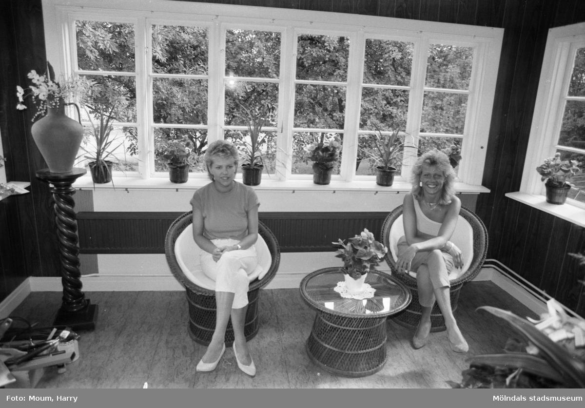 """Nytt solarium, Tropic sun, öppnar vid Gamla Riksvägen i Lindome, år 1983. """"Mari och Anita skall se till att lindomeborna blir bruna.  För mer information om bilden se under tilläggsinformation."""