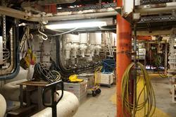 Mye ventiler, måleinstrumenter og rørkoplinger hører hjemme