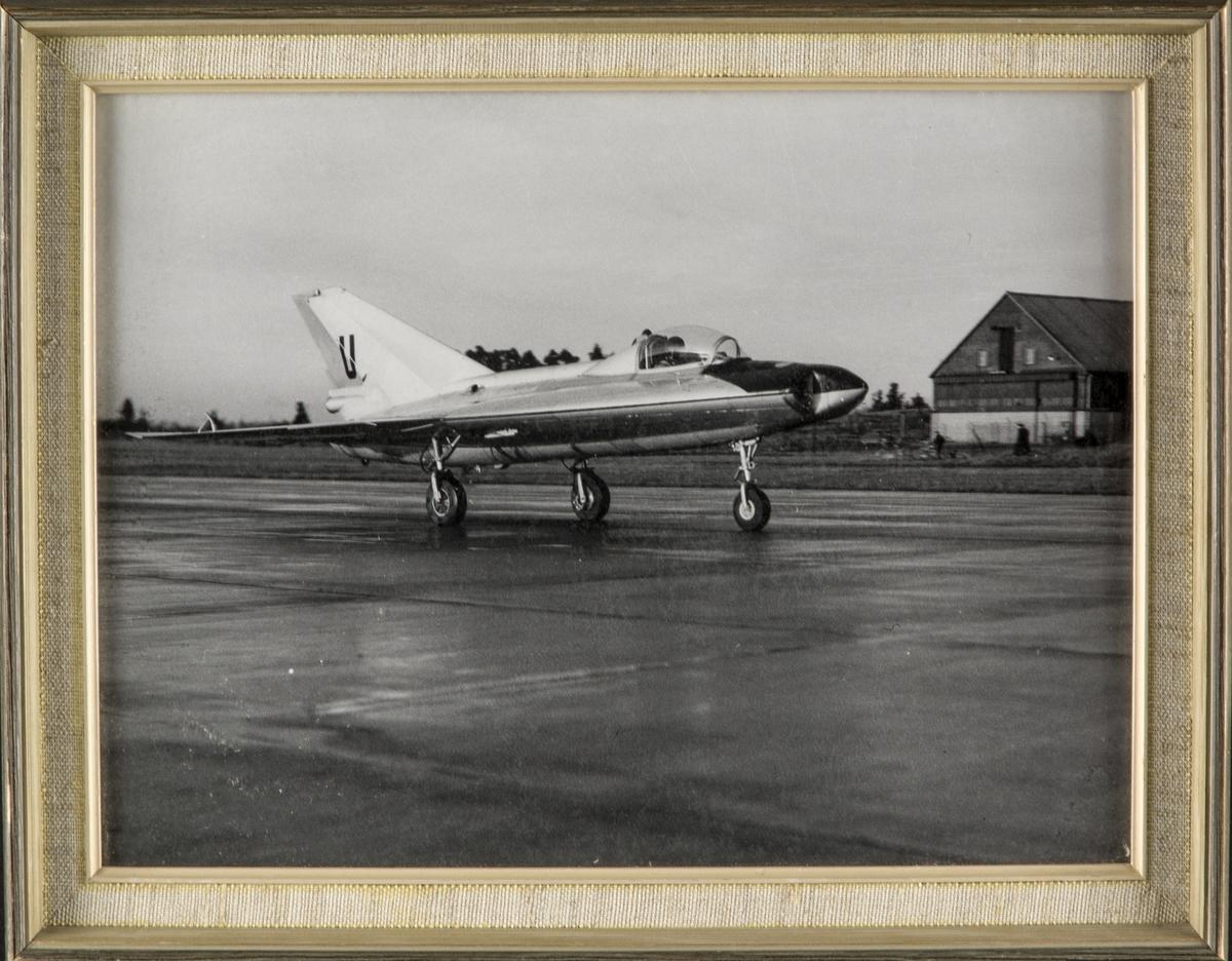 Provflygplan Saab 210 Lilldraken på flygbana. Inramat foto.