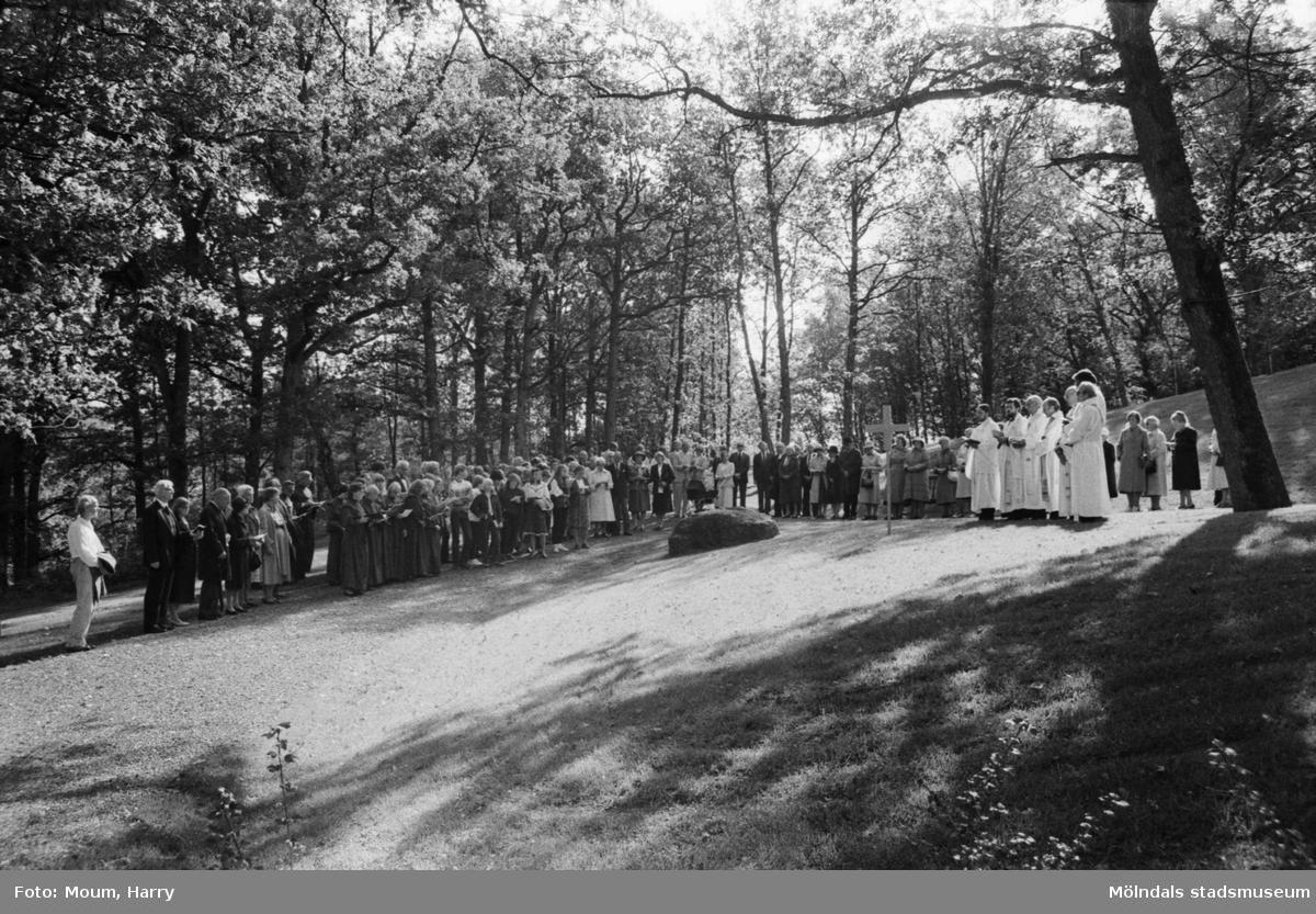 Invigning av den nyare delen av Kållereds kyrkogård, år 1983.  För mer information om bilden se under tilläggsinformation.