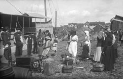 Bohuslänskt fiskeläge ungefär 1920. Passagerarna, finklädda