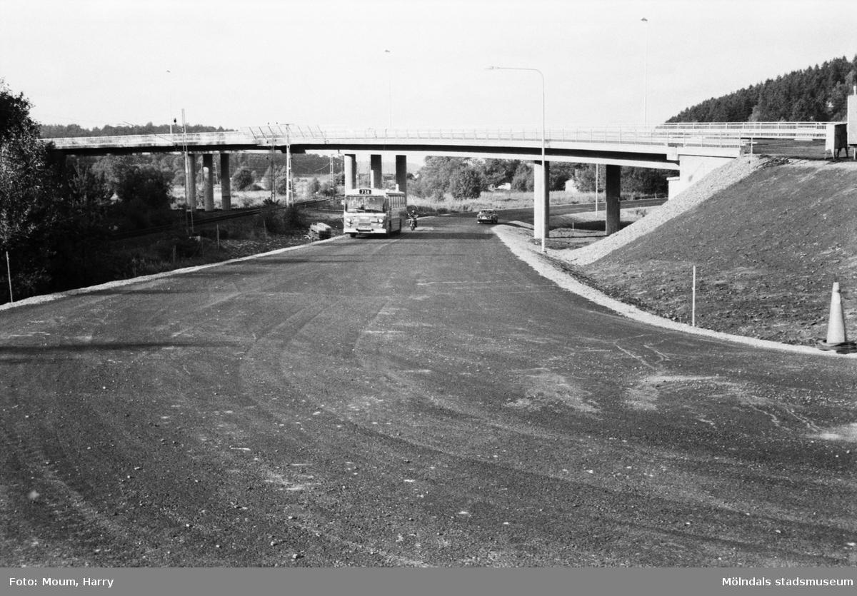Det nybyggda Torrekullamotet i Kållered sett från Gamla Riksvägen, år 1983.  För mer information om bilden se under tilläggsinformation.
