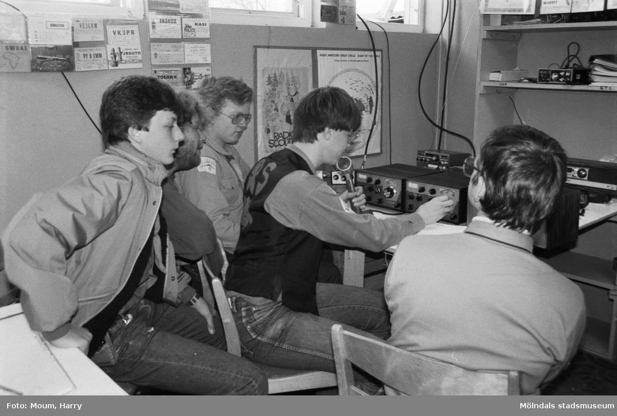 """Scouter från Annestorpsdalens scoutkår i Lindome deltar i Jamboree on the air, JOTA, år 1983. """"Radioscouting är jättekul tycker ungdomarna i Lindome.""""  För mer information om bilden se under tillägginformation."""