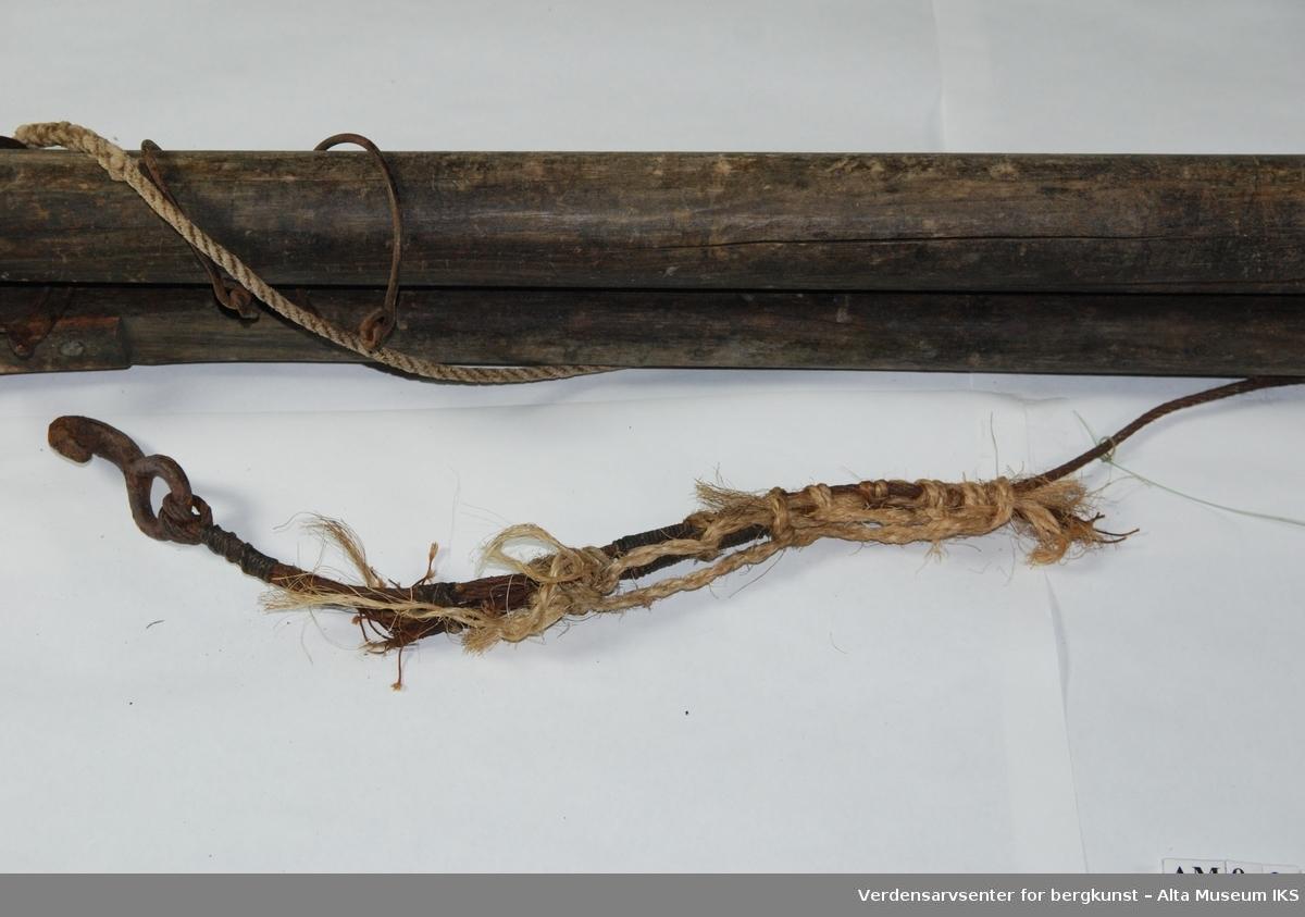 Form: Mast påmontert tauverk og stag av wire.  Til 2 1/2 roms spissbåt
