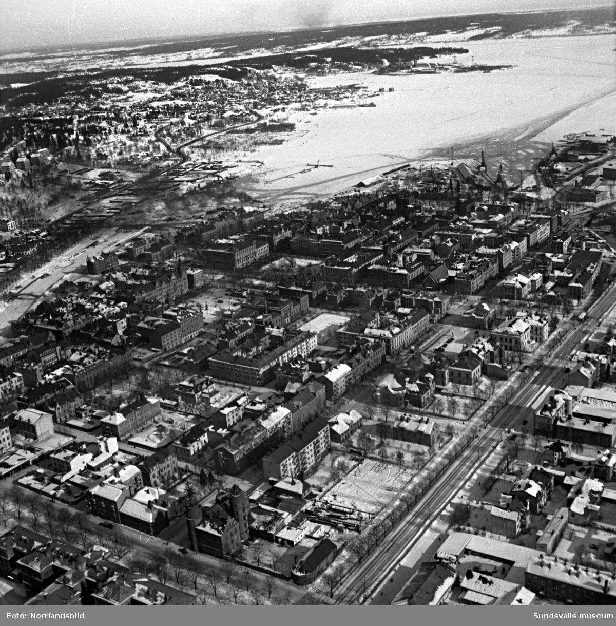 Flygfoto över Sundsvalls stenstad taget från gamla brandstationen ut mot fjärden och Heffners.