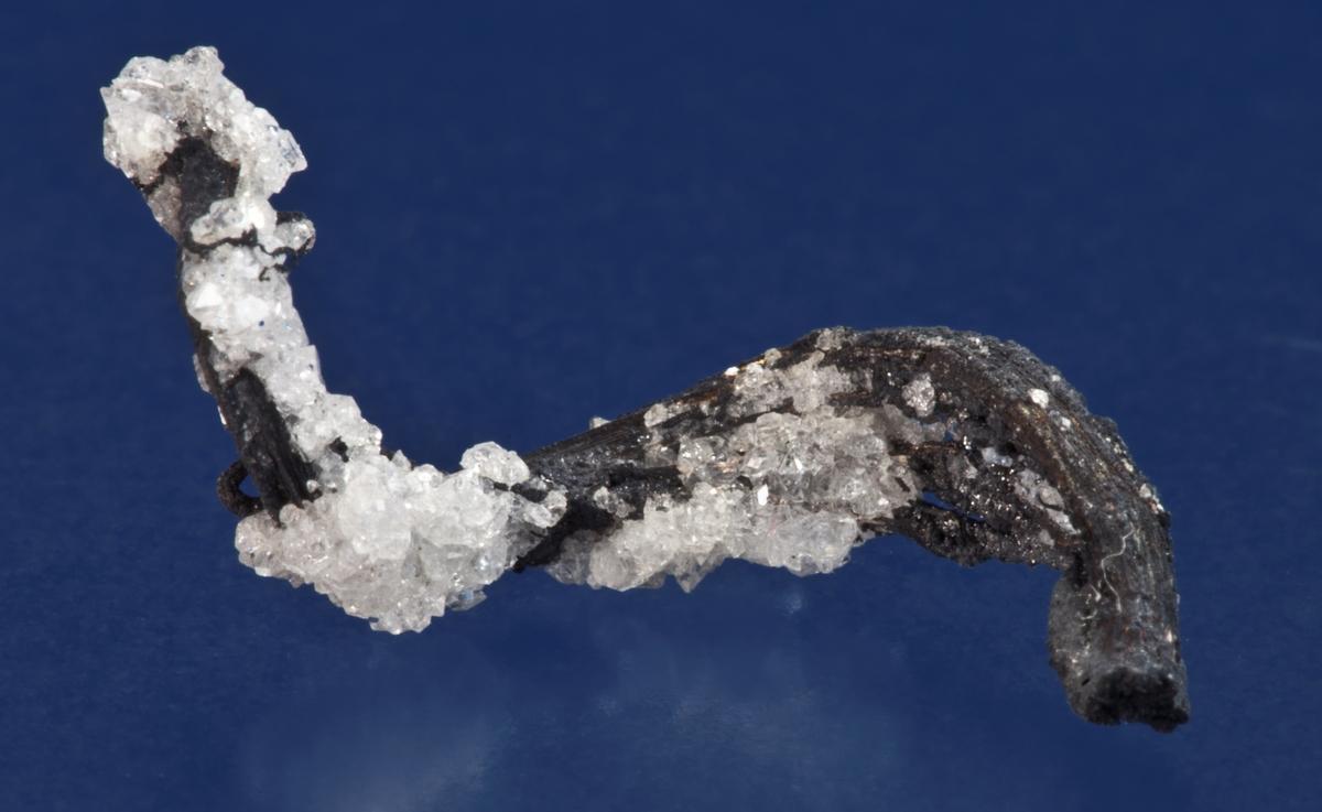 Sølv, liten tråd, delvis dekket med små hvite xls. Norske Løve, ca. 80 m opp fra Klausstollen.