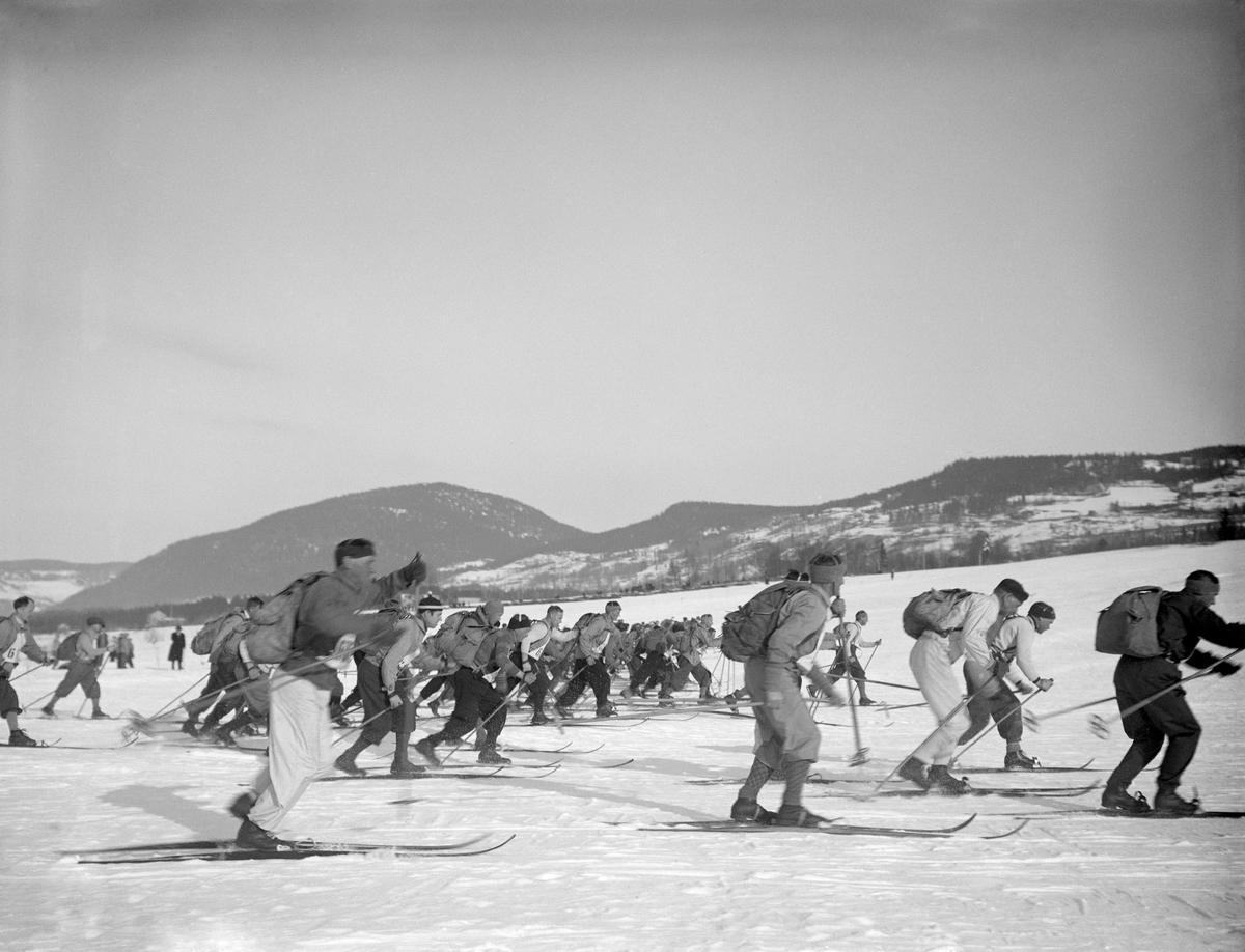 Vinter. Balbergkampen i bakgrunnen. Skirenn på Lysgårdsjordet. Birkebeinerrennet.
