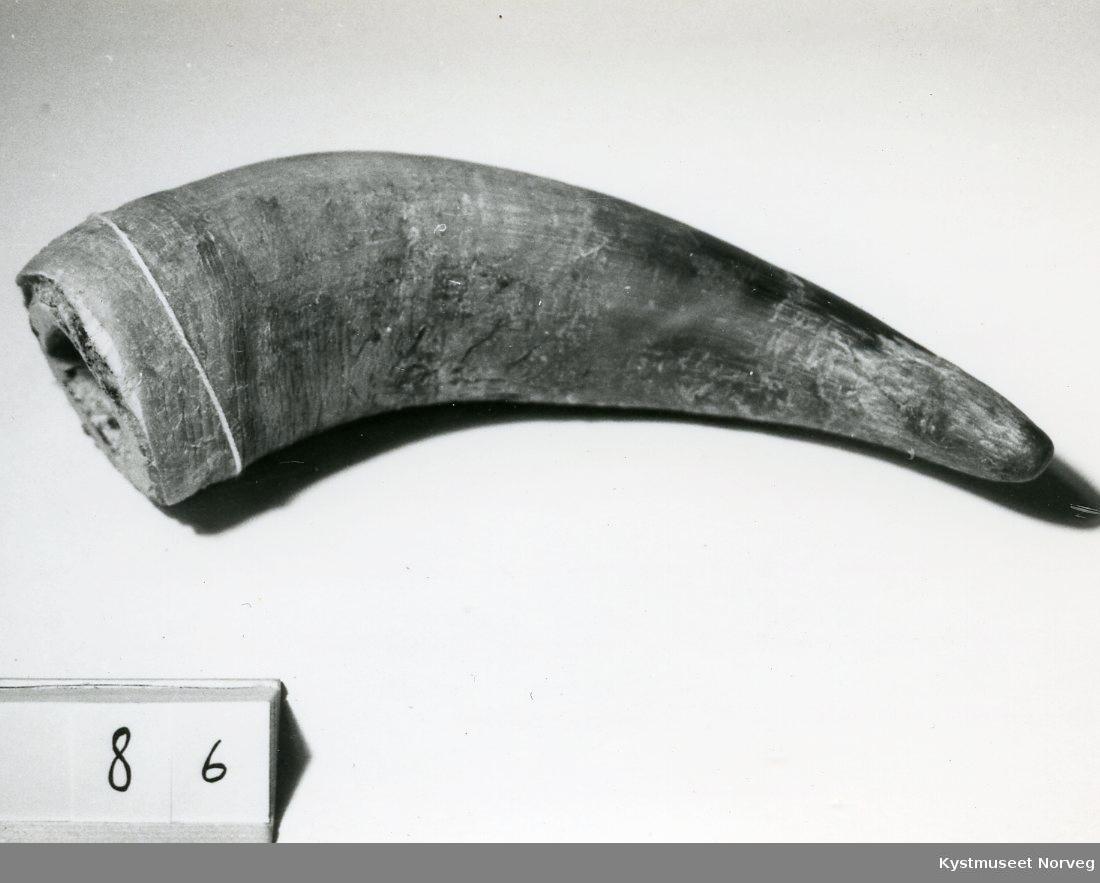 Form: Hornformet, spist i den ene enden