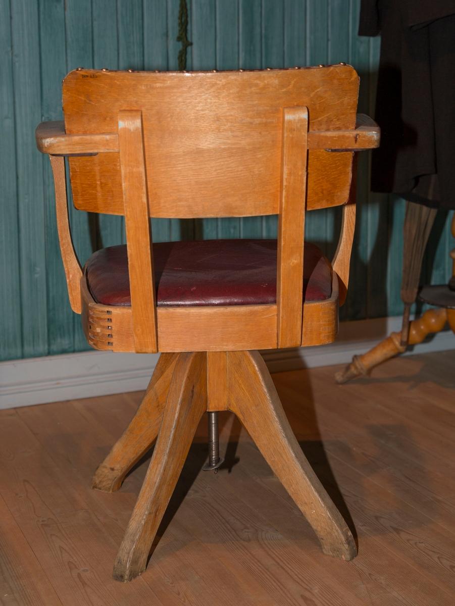 Stol med sete som kan svinges og høydejustering. Stolens sete og rygg er polstret og den har fire bein som er festet midt under setet.
