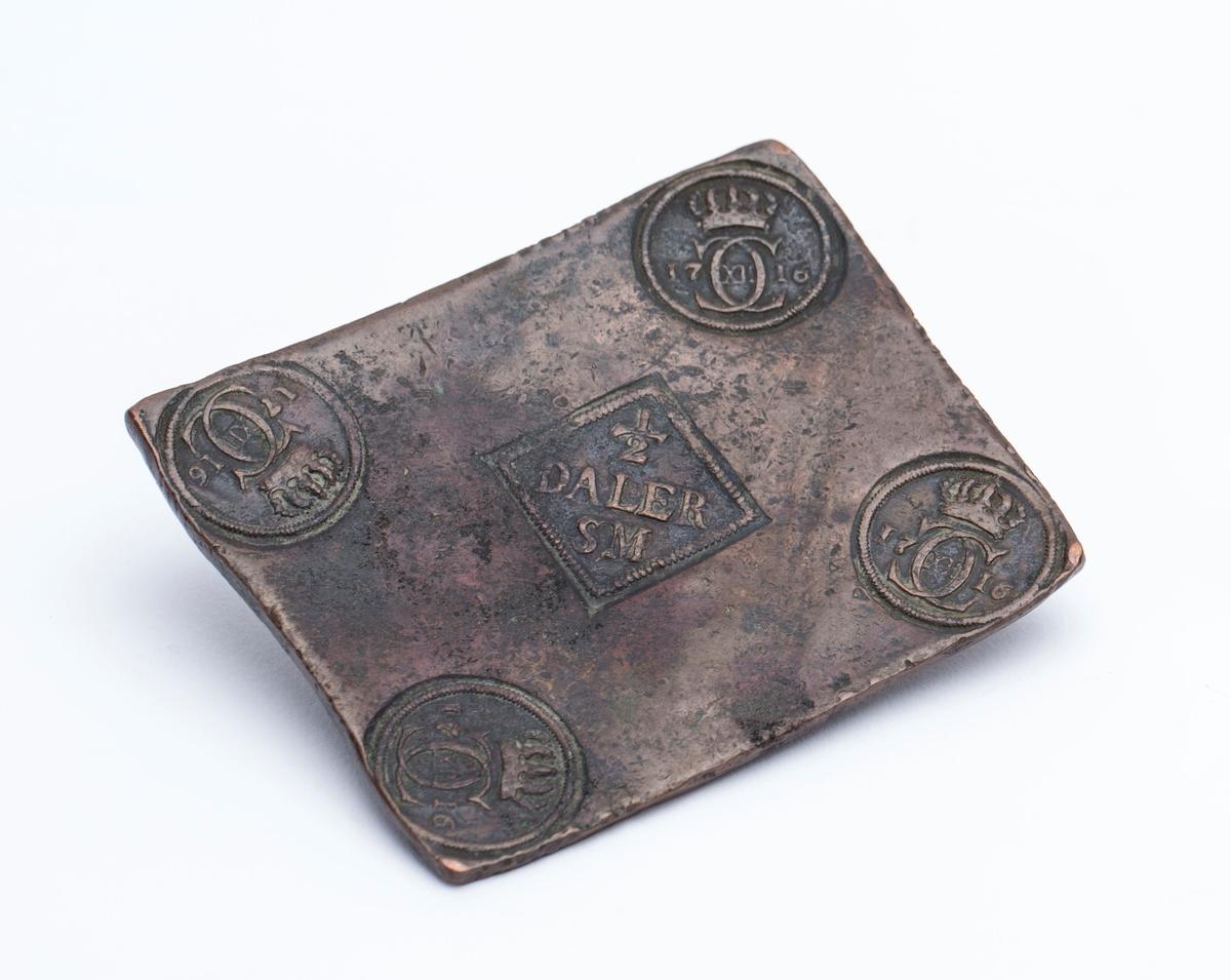 Fire stempler i hver sitt hjørne med Karl XII s monogram.