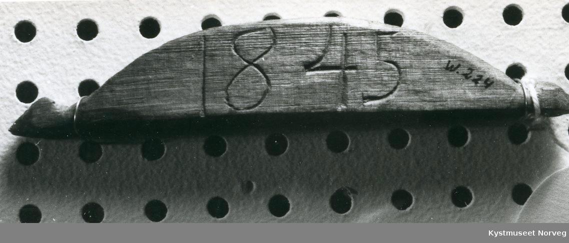 Form: En kant er vanrett,en buet,trekantutskj.i ender.