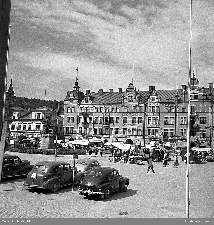 Stora torget med torghandel. Fotot taget norrut, bakom syns Saluhallen och till vänster den numera rivna byggnaden i hörnet av kvarteret Glädjen.