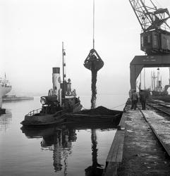 En serie bilder från verksamheten i hamnen i början av 1950-