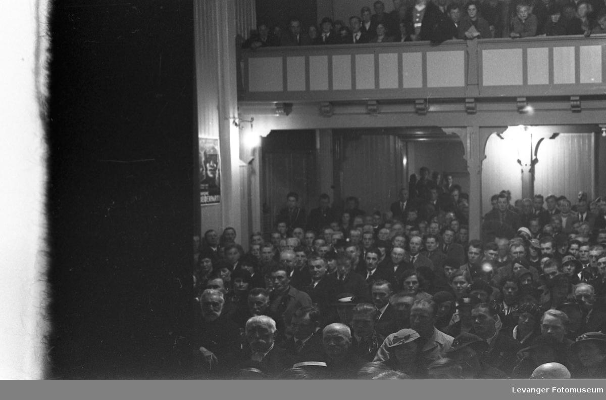 Forsamling i Festiviteteten.