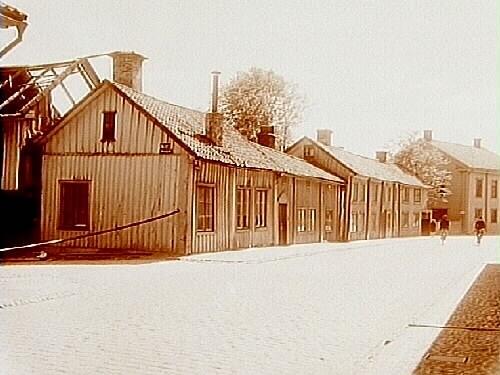 Envånings bostadshus, hörnfastigheten Bondegatan och Drottninggatan 43, F.d. Kvarnströmska gården före rivningen i juni 1927.