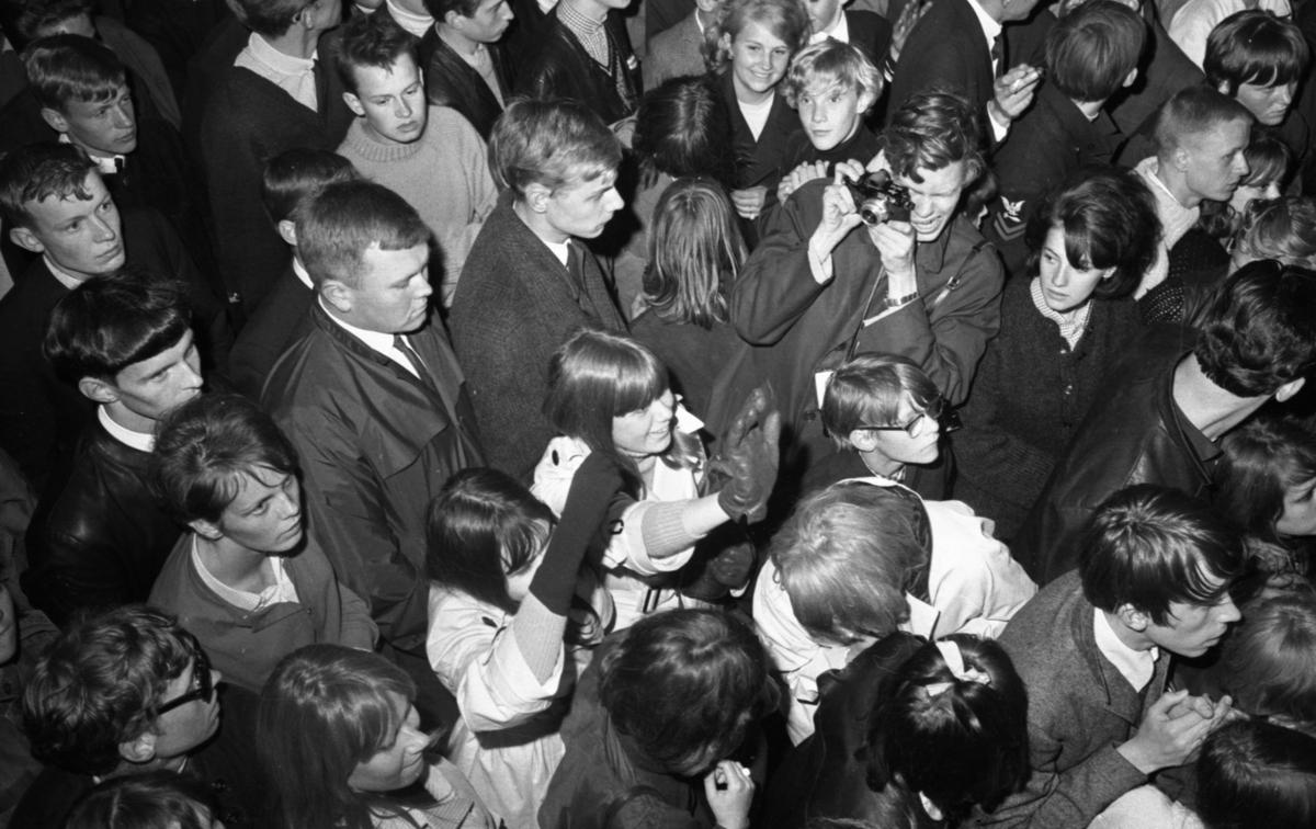 Natt 700 14 juni 1965.Örebro stad firar 700-årsjubileum.I publikhavet. Pojke med kamera.