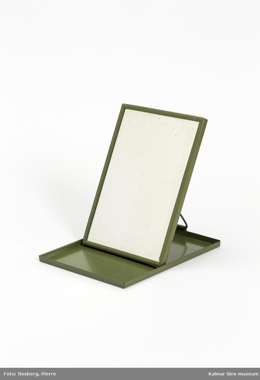 KLM 45058:63. Rakspegel, av metall och spegelglas. Rektangulär rakspegel av grön plåt. Spegel på lockets insida.