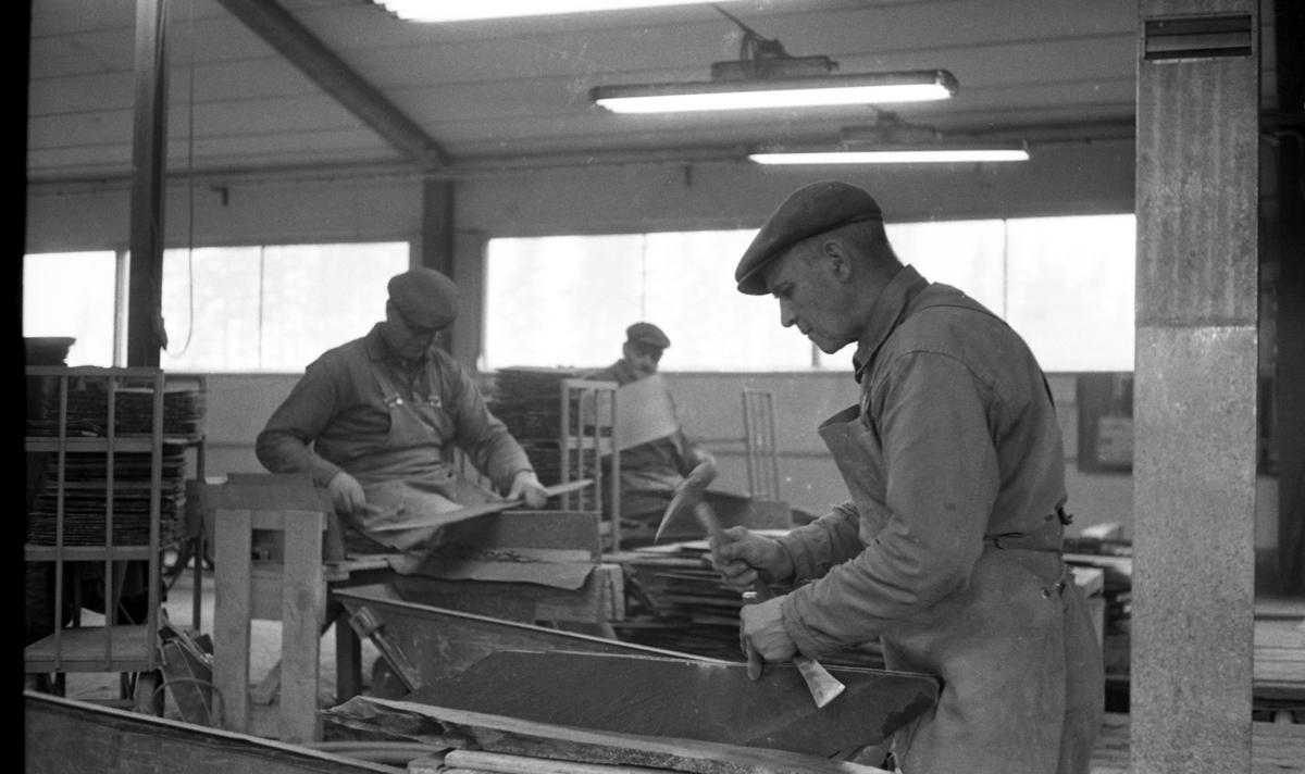 Grythyttans skifferverk 6 april 1968.Tre stenhuggare arbetar med skifferbearbetning.