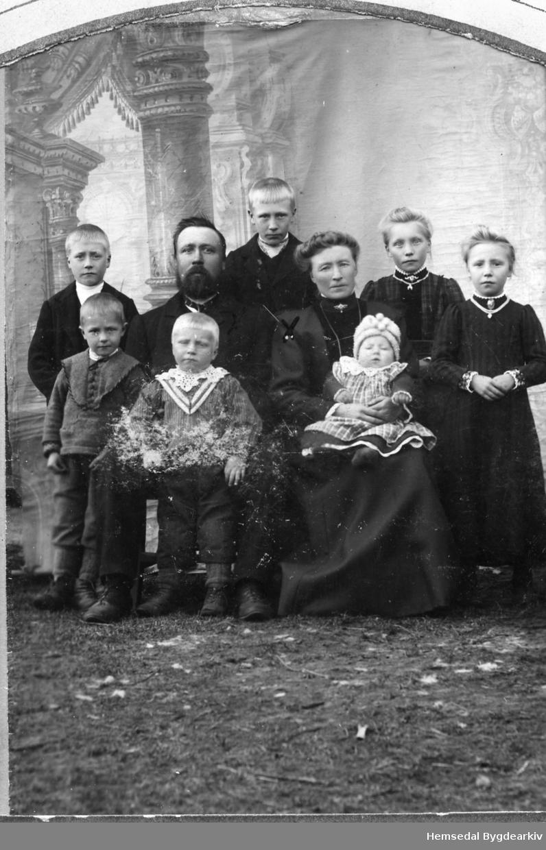 Hans Løvehaug (1870-1932) og Guri Olsdotter, fødd Venås (1868-1918). Born fremst: Hans, fødd 1903; Nils, fødd 1905; Per, fødd 1909. Born bakerst: Olav, fødd 1900; Ola, fødd 1897; Margit, fødd 1898; Birgit, fødd 1902.