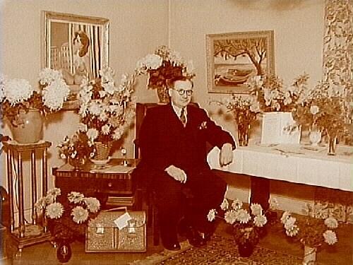 Rumsinteriör, en man.Arthur Talberg, 50 år.
