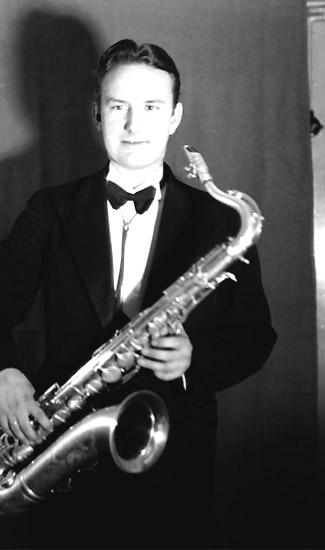 En man med musikinstrument (Saxofon).Teo Wihander