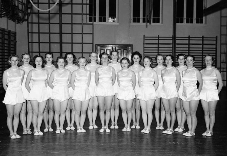 Interiör av gymnastiksal, gruppbild.Arbetarnas Gymnastik Förenings kvinnliga elit (AGF).