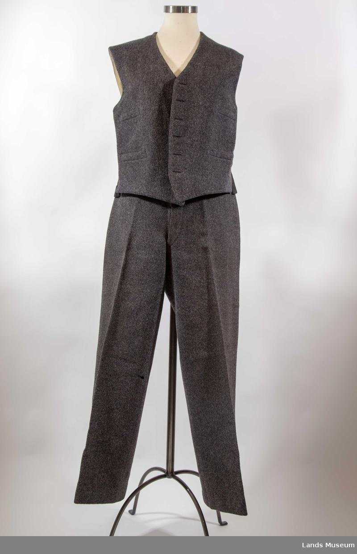 b60c1bf2 Tøyet er toskaftsvevd, tovet og overskåret vadmel. A: Jakke Nedbrettet  krage, bredt