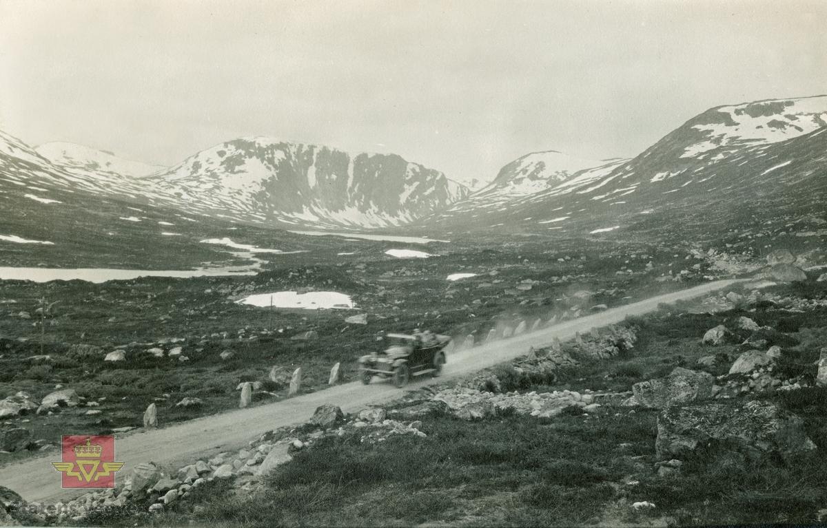 """Album fra 1918-1934, """"Snebrøyting."""" Geirangervegen 1925 i følge merking på bildet."""
