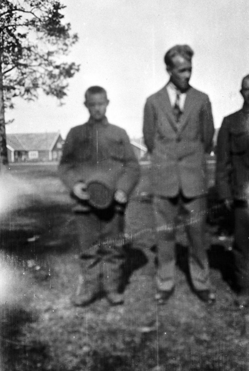 Bestyrer av soldaterhjemmet i Nyborgmoen Olav Korsvik fotografetr sammens med en meget ung soldat. Gutten er ikke kjent.