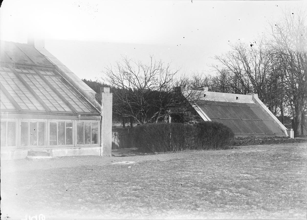 To av drivhusene på Linderud Gård. De ligger i enden av den Victorianske hage, syd/sydvest for hovedhuset.