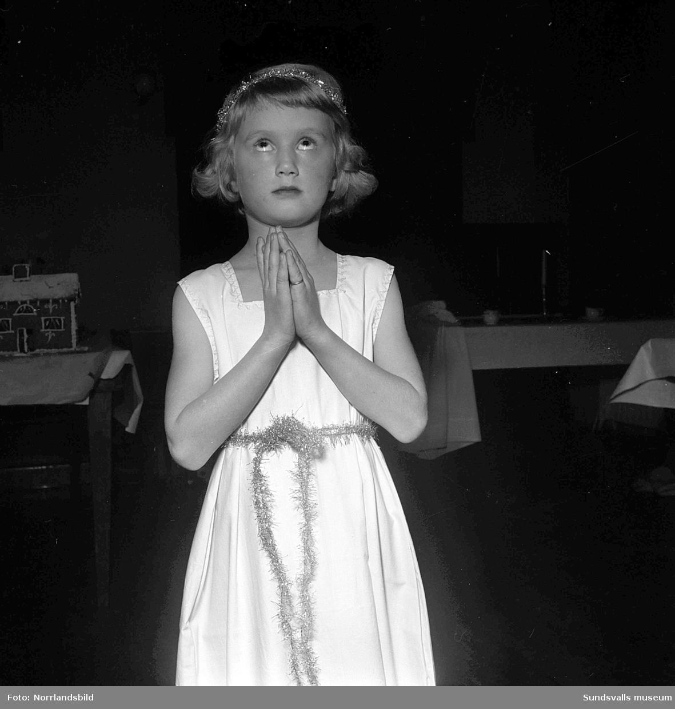 Jägaren och Snövit var en del av en dansföreställning på Röda korsets luciasoaré i Skönsbergs gamla folkets hus. På första blden är det Laila Sundesson och Marianne Rydberg som hjälps åt att tända ljusen på kaffebordet.
