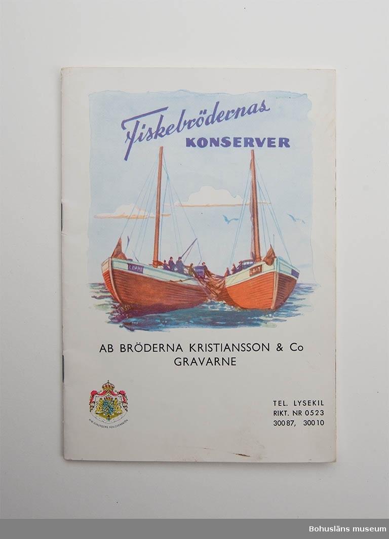 """Produkthäfte i flerfärgstryck med ett sortiment av 60 olika fiskkonserver. Härmed presenterar vi våra tillverkningar av fiskkonserver. Illustrationerna är arrangera- de i direkt anslutning till vår prislista. AB Bröderna Kristiansson & Co""""   Rubriker: ANSJOVIS; SILLINLÄGGNINGAR; KAVIAR HERRING och SARDINER; LÄTTLUNCH; MAKRILL och MUSSLOR På omslaget två båtar och texten: Fiskebrödernas KONSERVER AB BRÖDERNA KRISTIANSSON & Co  GRAVARNE. Emblem med H. M. KONUNGENS HOVLEVERANTÖR Häftet innehåller bl.a.  nr. 19 Fiskebrödernas FINASTE POLAR-MATJESSILL AV ISLANDSSILL  I häftet bilder på olika konservrförpackningar och text som berättar vad de innehåller samt vikt.  Tryckt 1957."""