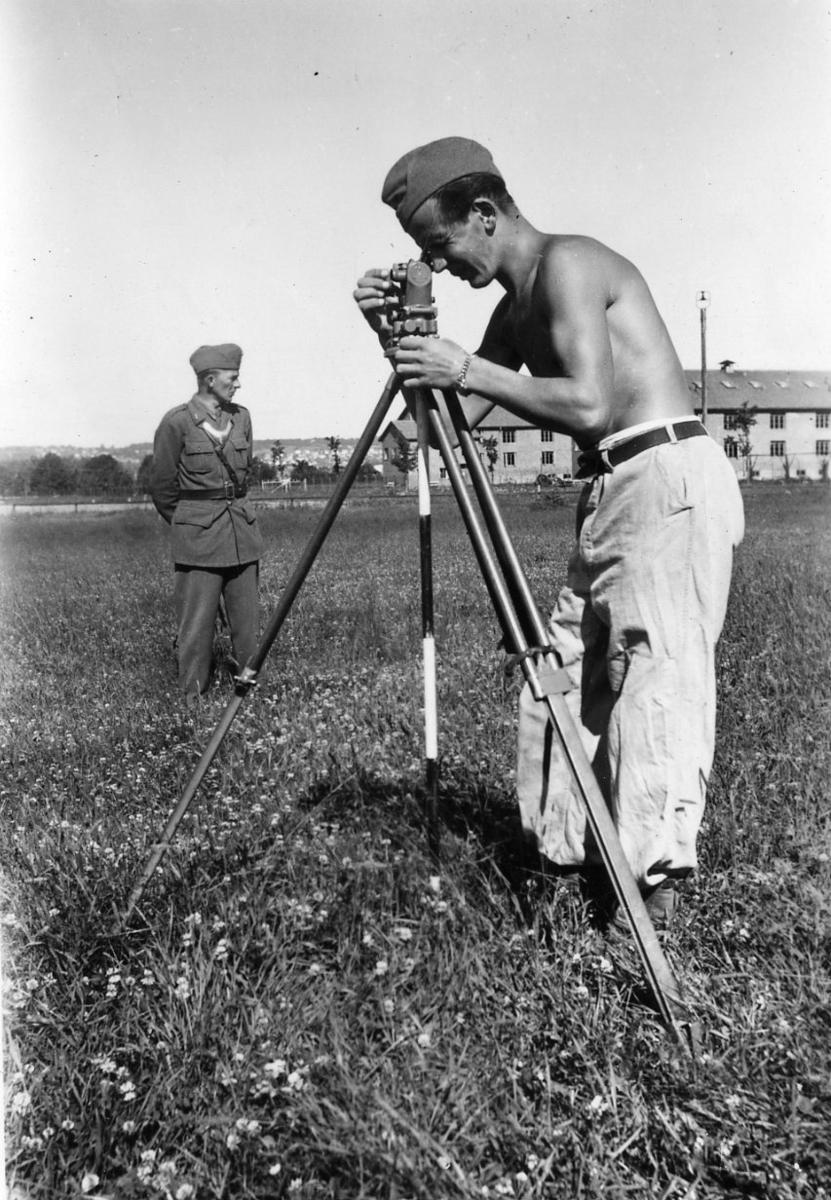 Kompassvinkelmätare, A 6. Sergeant Björkman med dagbefälsbricka.